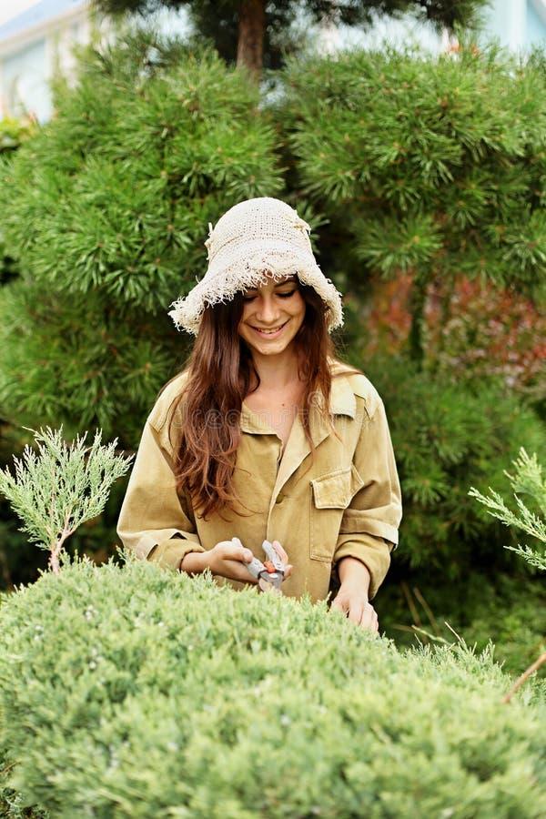 Le flickaträdgårdsmästaren i funktionsduglig kläder och sugrörhatt arkivfoto