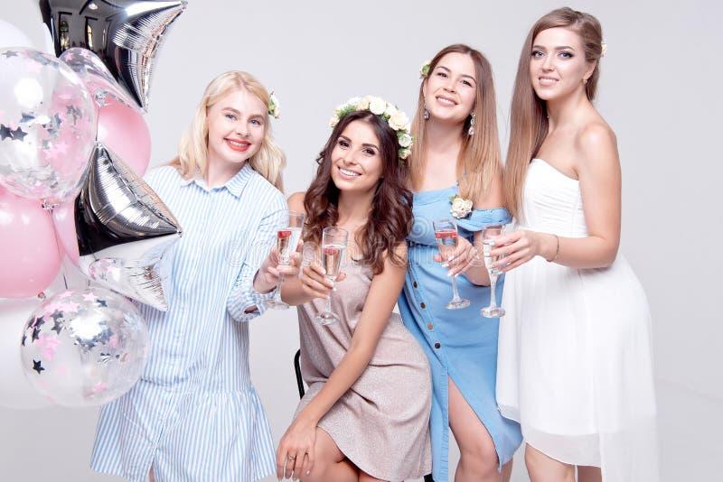 Le flickvänner som har det roliga fira ungmöpartiet royaltyfri foto