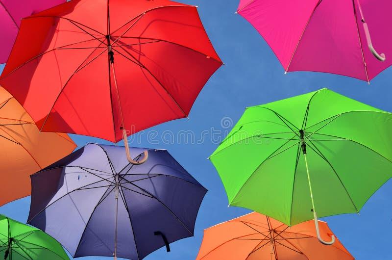 Le flottement du parapluie coloré image libre de droits
