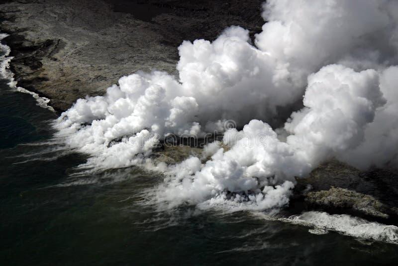 Le flux de lave de Kilauea entre dans l'océan photos libres de droits