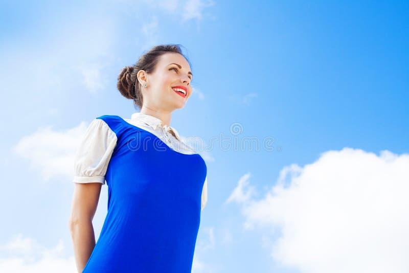 Le flygvärdinnan över blå himmel arkivbild