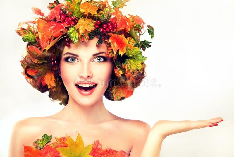 Le foglie di autunno rosse e gialle sulla ragazza si dirigono immagine stock libera da diritti