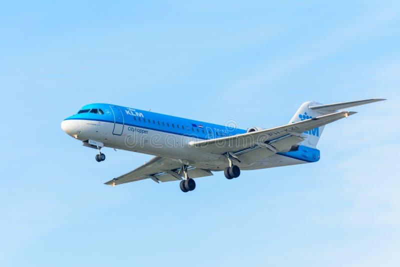 Le Fokker F70 de KLM Cityhopper PH-KZI d'avion de vol débarque à l'aéroport de Schiphol image libre de droits