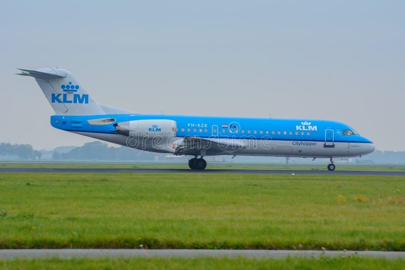 Le Fokker 70 PH-KZK d'Air France KLM d'avions est débarqué à l'aéroport images libres de droits