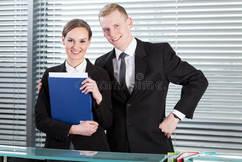 Le folk som står bak mottagandeskrivbordet royaltyfria foton