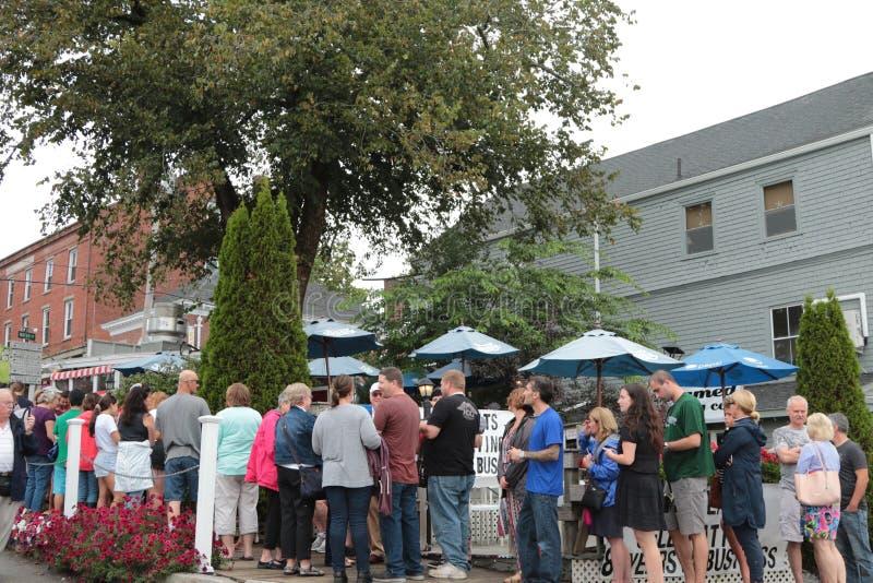 Le folle aspettano per comprare il panino del rotolo dell'aragosta in Maine fotografia stock