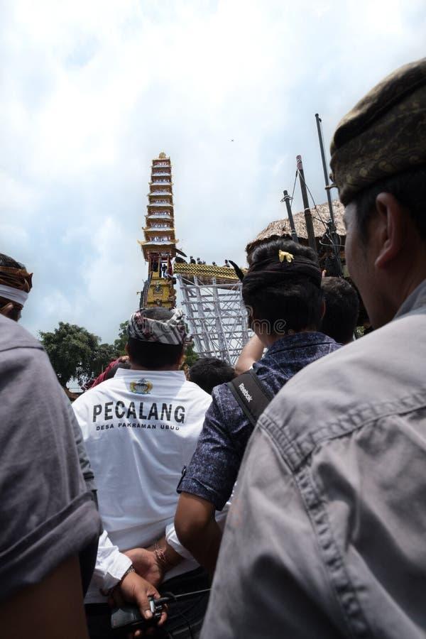 Le folle ed i funzionari in Ubud, Bali si riuniscono davanti al hanno offerto la torre di cremazione - 2 marzo 2018 immagine stock libera da diritti