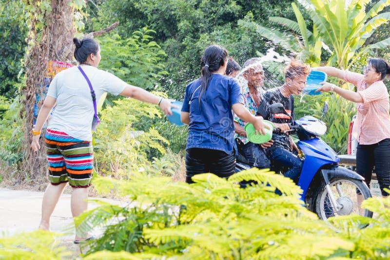 Le folle stanno giocando l'acqua della spruzzata il giorno di Songkran della Tailandia immagine stock