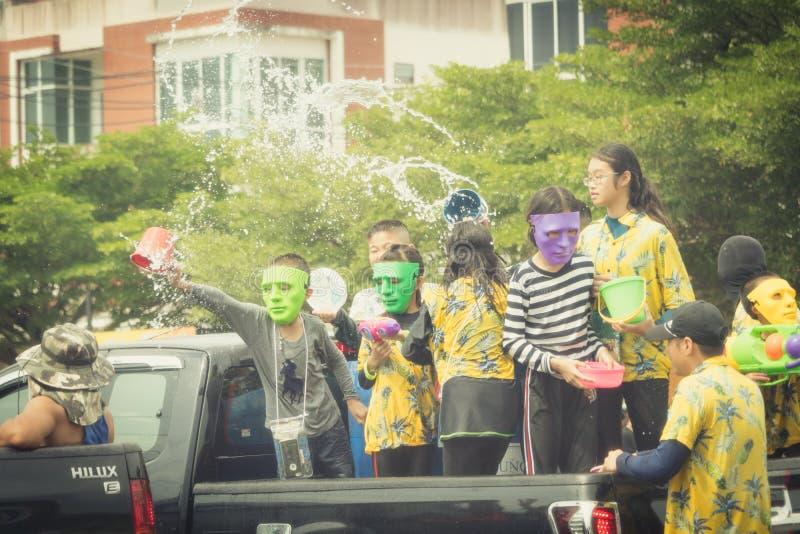 Le folle stanno giocando l'acqua della spruzzata il giorno di Songkran della Tailandia immagini stock libere da diritti