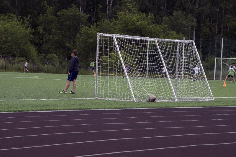Le foncé un footballer très petit photographie stock libre de droits