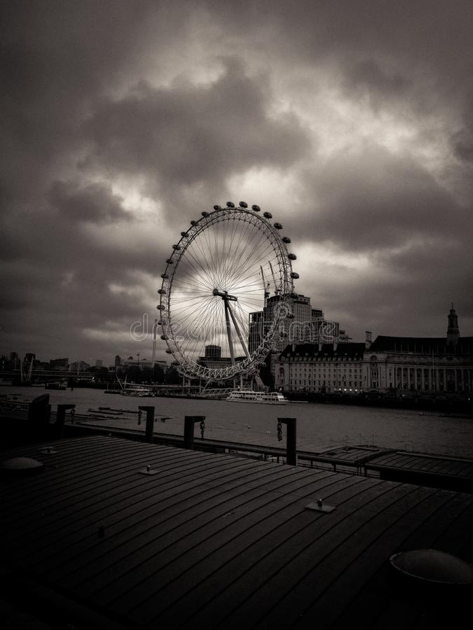 Le fonctionnaire London Eye, temps nuageux photographie stock