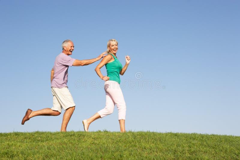 Le fonctionnement aîné de couples mettent en place cependant photo stock