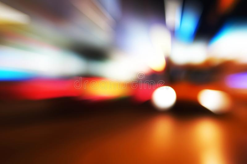 Le fond abstrait de mouvement de vitesse a brouillé la voiture sur la route dans la ville images stock