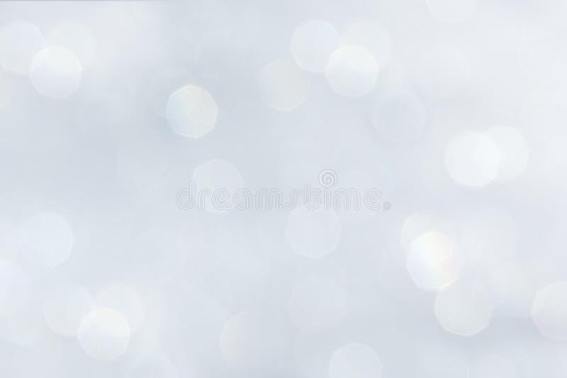 Le fond blanc doucement en pastel de Bokeh avec l'arc-en-ciel brouillé s'allume photo libre de droits