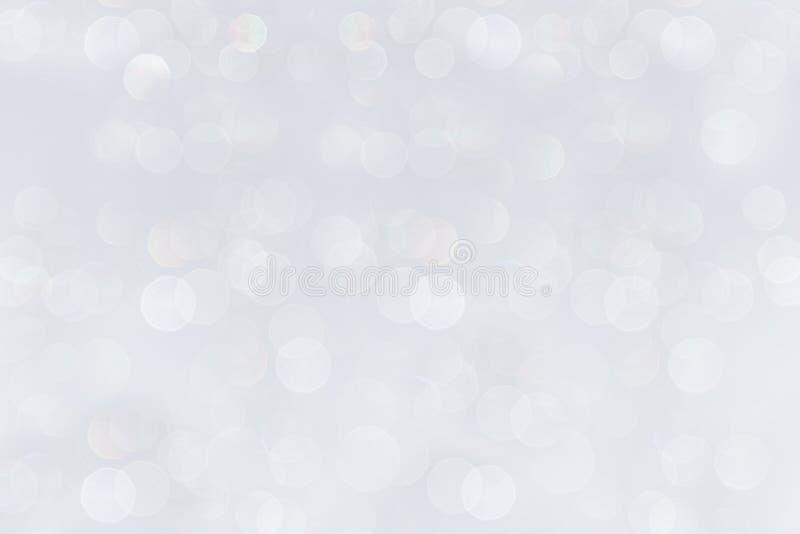 Le fond blanc doucement en pastel de Bokeh avec l'arc-en-ciel brouillé s'allume photographie stock libre de droits