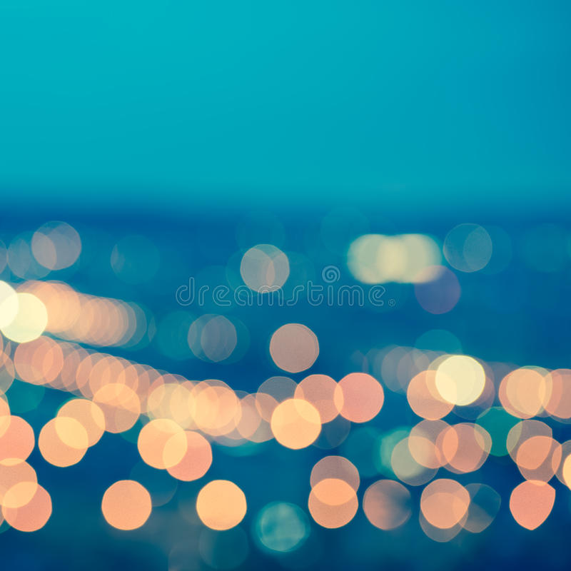 Le fond circulaire bleu abstrait de bokeh, ville s'allume avec le horizo image stock