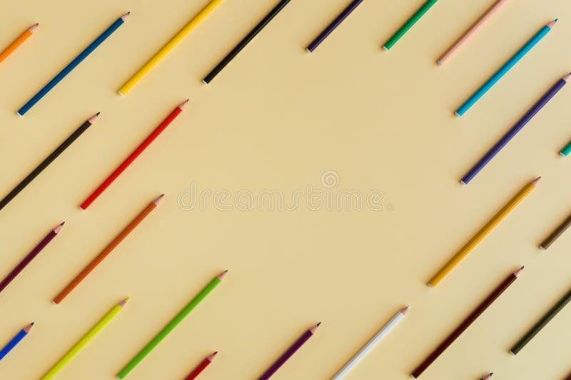 Le fond coloré avec beaucoup de pastels de crayons a aligné sur le jaune photo libre de droits