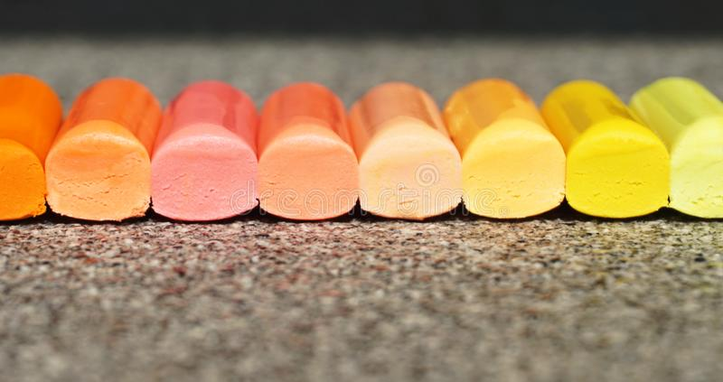 Le fond coloré avec le crayon de cire colle dans la couleur en pastel photos stock