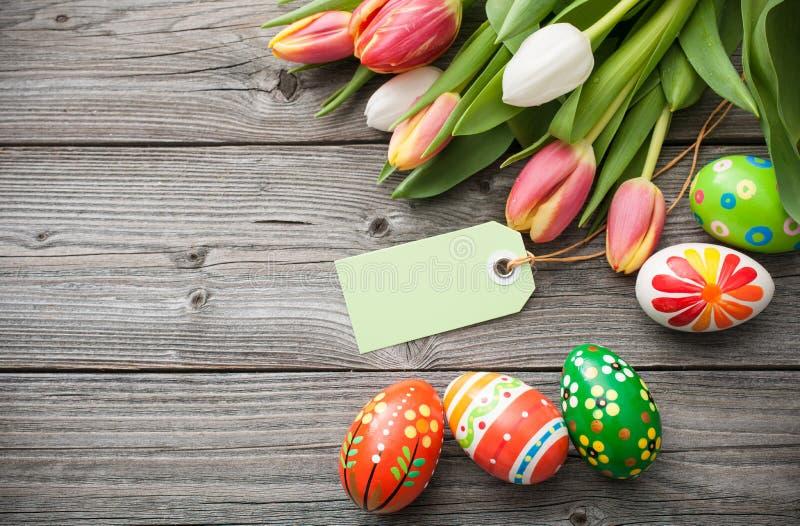le fond a coloré le vecteur rouge de tulipe de format des oeufs de pâques eps8 photos libres de droits