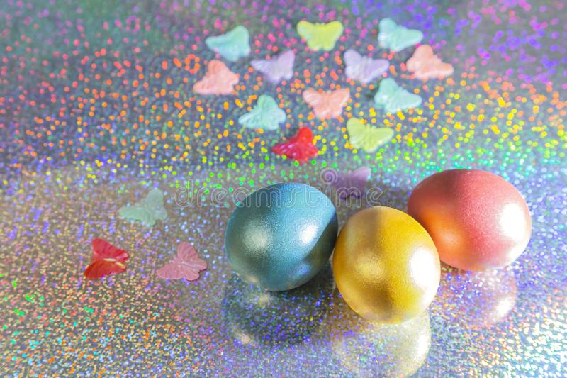 le fond a coloré le vecteur rouge de tulipe de format des oeufs de pâques eps8 Oeufs colorés de perle d'or, de rose, de corail, b photo libre de droits
