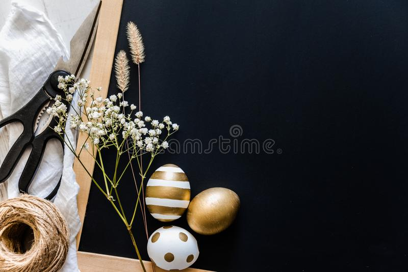 le fond a coloré le vecteur rouge de tulipe de format des oeufs de pâques eps8 Oeufs de pâques dans de divers conceptions, ciseau photo stock