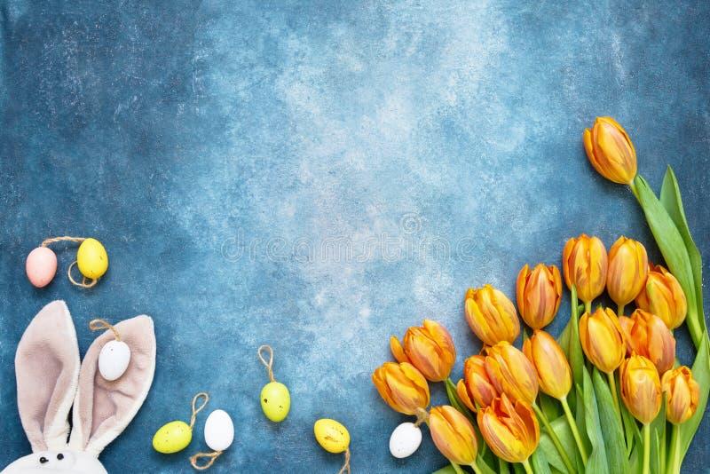 le fond a coloré le vecteur rouge de tulipe de format des oeufs de pâques eps8 Oreilles de lapin de Pâques, fleurs et oeufs de pâ photo libre de droits