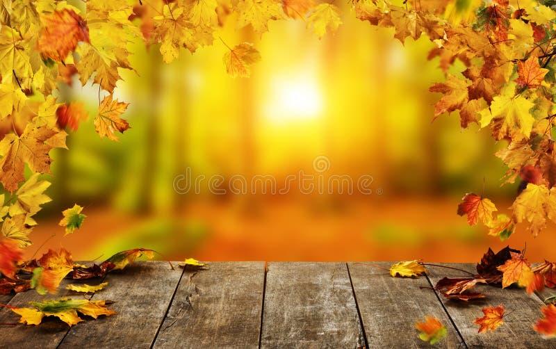 Le fond d'automne avec les feuilles en baisse et vident la table en bois images stock