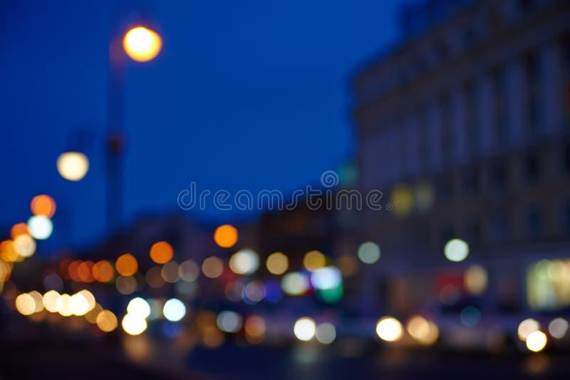 Le fond d'image de la scène dans les lumières colorées du trafic urbain images stock