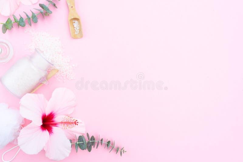 Le fond de beauté avec du savon, une crème, des serviettes et une ketmie naturels fleurit photos libres de droits
