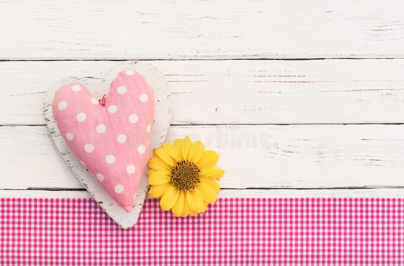 Le fond de carte de Valentine avec le coeur rose d'amour et la fleur se développent image stock