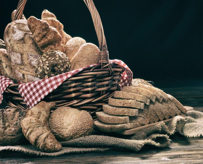Le fond de conception d'art abstrait du pain dans le panier et dessus mis le verrat en bois de bois de construction photographie stock libre de droits