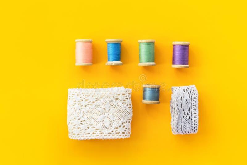 Le fond de couture de vêtements de mode de passe-temps de métiers de Knolling avec la dentelle blanche de coton roule les bobines image stock