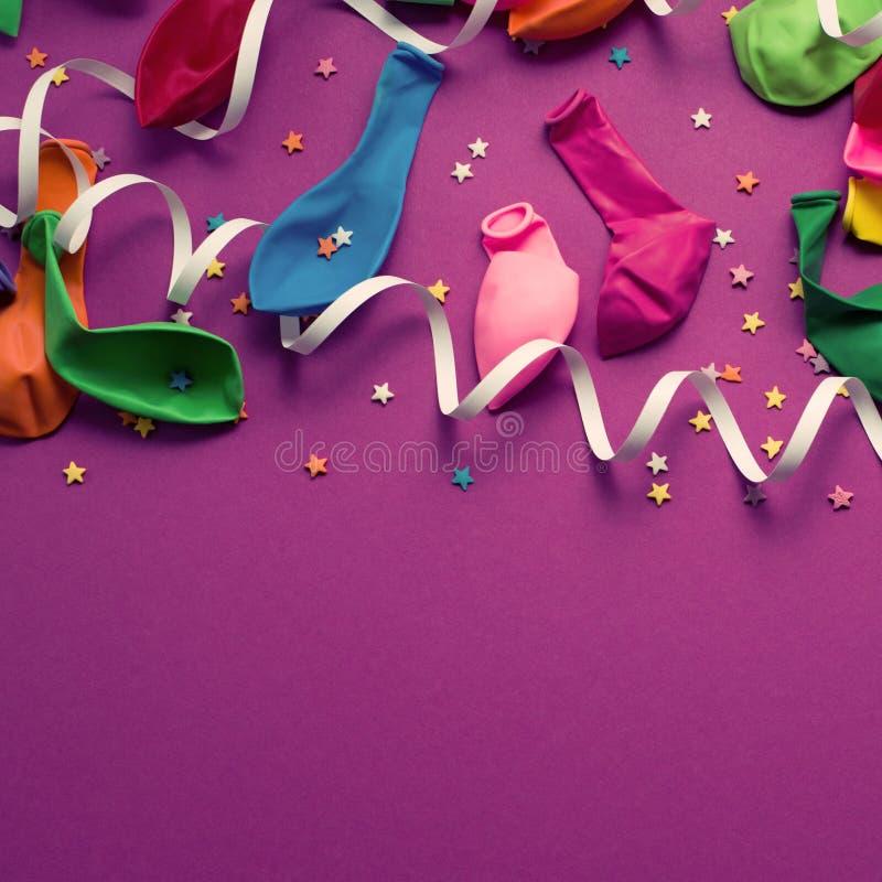 Le fond de fête de l'appartement coloré matériel pourpre de vue supérieure de confettis de flammes de ballons étendent l'espace d image stock