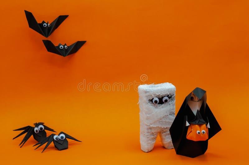 Le fond de Halloween d'origami de la course principale de cric-o-lanterne et de maman de potiron de participation de nonne à part photos stock