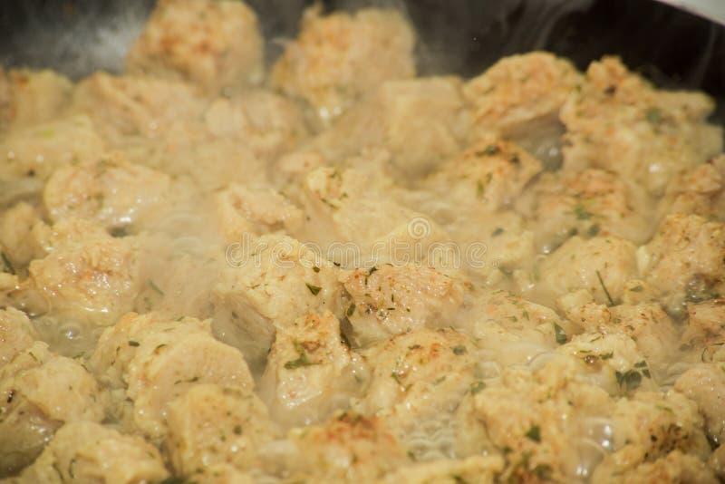 Le fond de la protéine végétale fibreuse a fait frire avec la vapeur dans une casserole images stock