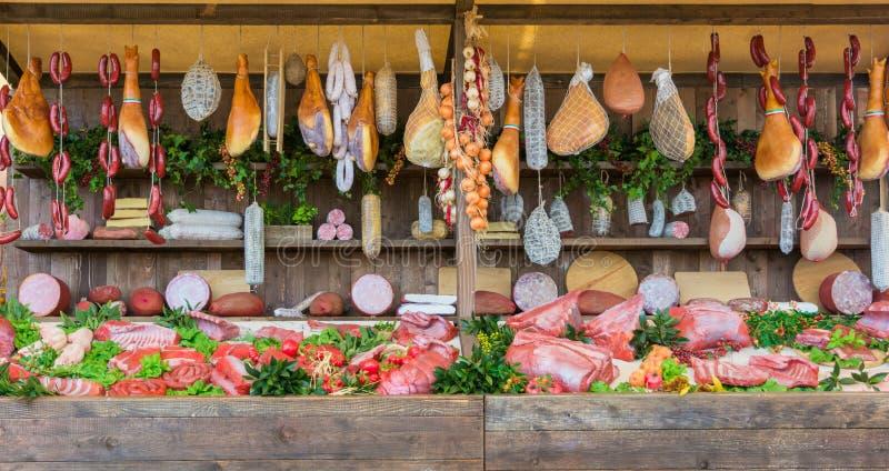 Le fond de marché de nourriture fraîche avec du porc cru et la verticale a assorti des saucisses de salami photographie stock