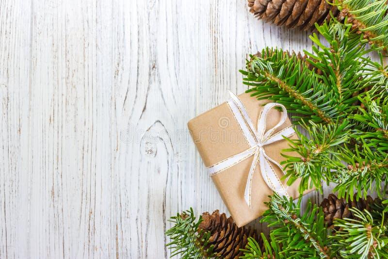 Le fond de Noël avec le cadeau de Noël sur le fond en bois avec le sapin s'embranche Composition en Noël et en bonne année Vue su photos stock