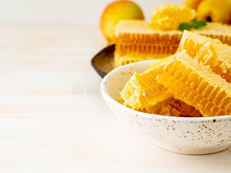 Le fond de nourriture, a coupé en tranches de grands filets saumonés de parties sur c photo libre de droits