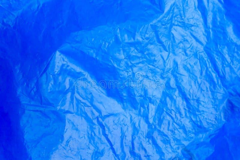 Le fond de résumé a chiffonné le sac de déchets bleu de texture de feuille de plastique images stock