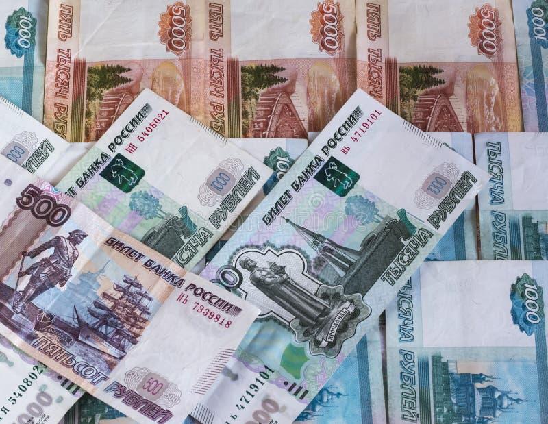 Le fond des billets de banque russes dans les dénominations de mille et cinq cents roubles et de cinq mille photos libres de droits