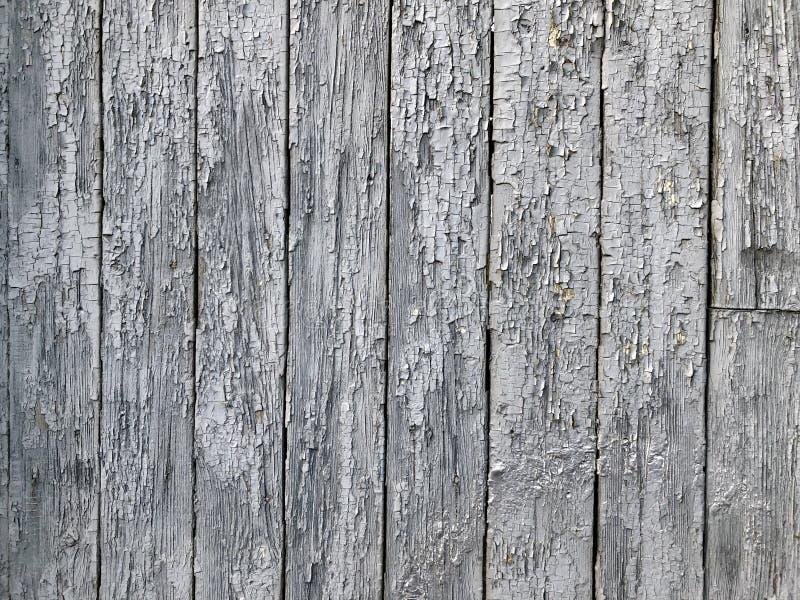 Le fond des conseils en bois de conseils avec la peinture minable que les vieux conseils gris se tiennent dans une rangée photos libres de droits