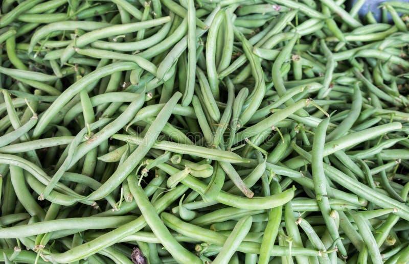 Le fond des haricots verts s'est vendu au marché de ville photo libre de droits