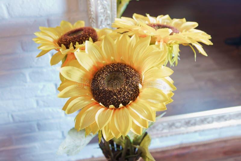 Le fond du tournesol artificiel jaune fleurit pour la maison Fleur étonnante d'argile, produit fait main pour le décor à la maiso photographie stock