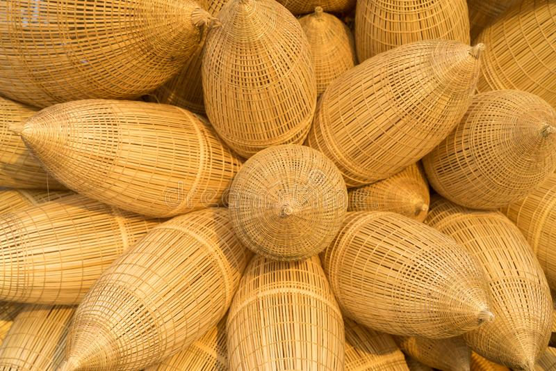 Le fond en bambou traditionnel vietnamien de piège de poissons contre le champ de culture sur le fond en fleur arrangent photo libre de droits