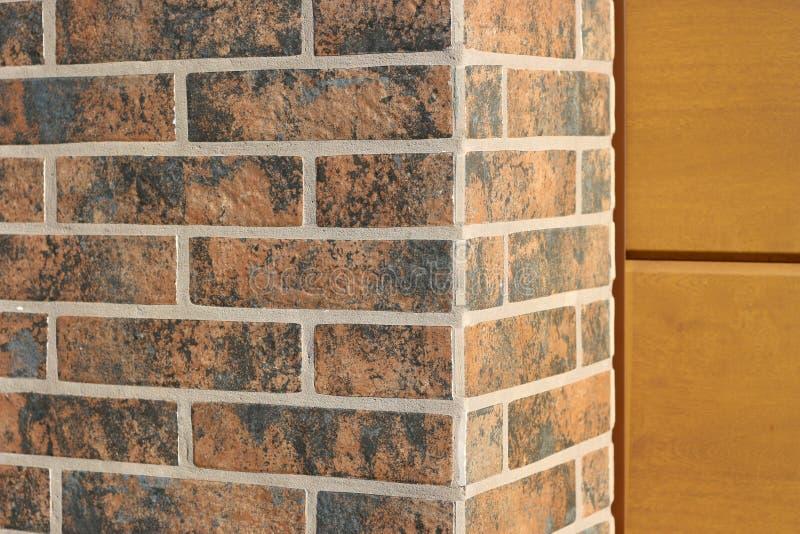 Le fond est un coin d'un mur de briques propre fraîchement étendu dans une nouvelle texture de construction photo libre de droits
