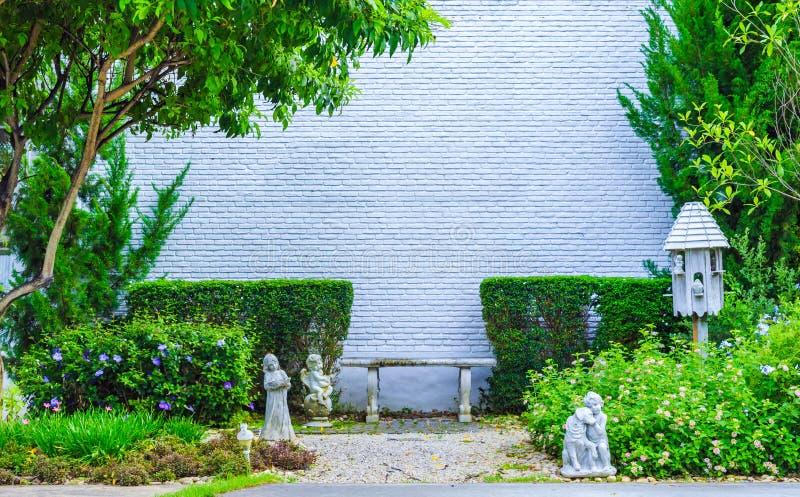 Le fond grunge de couleur de texture blanche de mur de briques avec l'arbre peut employer à la conception intérieure Copiez l'esp image libre de droits