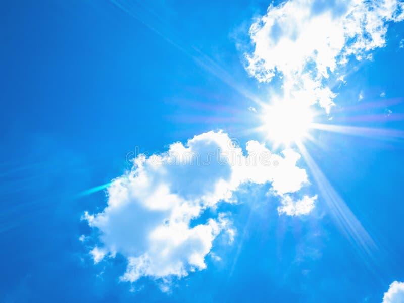 Le fond idyllique étonnant et le soleil de ciel bleu rayonnent avec le nuage blanc photo stock