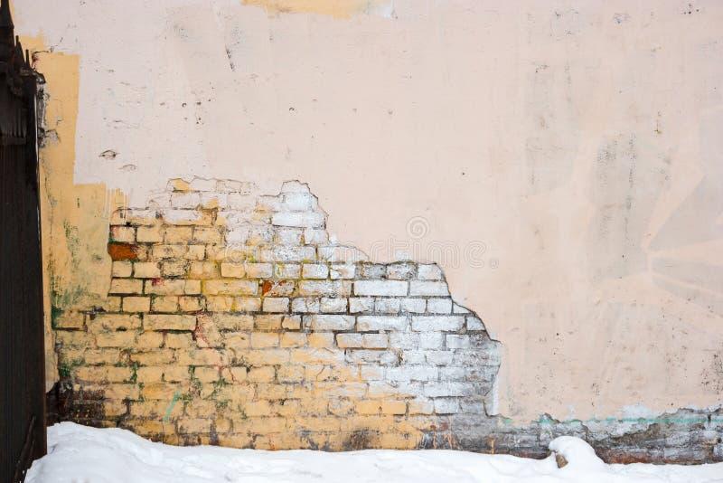 Le fond industriel, moitié urbaine grunge vide d'entrepôt de rue a plâtré le mur de briques image stock