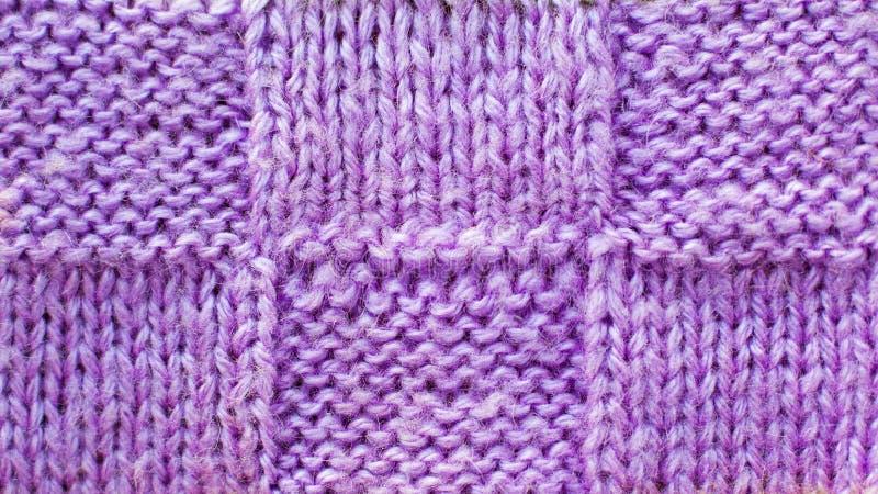 Le fond lilas du fil tricoté, modèle de texture a tricoté le tissu photographie stock libre de droits