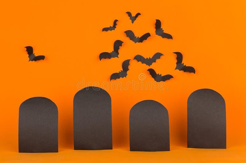 Le fond orange de Halloween d'amusement avec des labels de blanc et les battes s'assemblent, raillent  photo stock